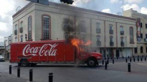 Taxistas incendian camión tras decomiso de unidades en Tamaulipas