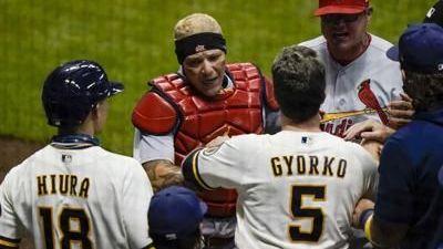 Anuncian suspendidos por trifulca entre Cardinals y Brewers
