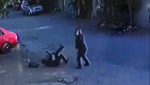 VIDEO: ¡Indignante! Brutal golpiza a anciano para quitarle sus botes de aluminio