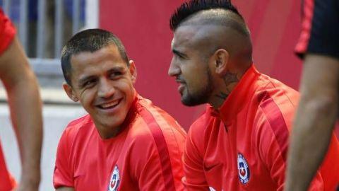 Vidal y Sánchez encabezan nómina de Chile para duelos en Conmebol