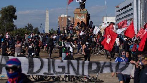 Chilenos salen a la calle para clamar contra policía que lanzó a menor al río