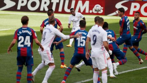 Vinicius y Benzema dan el liderato en solitario al Real Madrid (0-2)