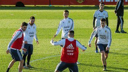 Argentina comienza a entrenar mientras espera la llegada de Messi