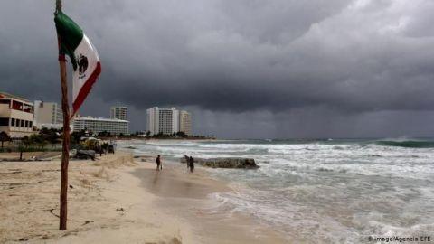 México inicia evacuaciones mientras Delta se convierte en huracán categoría 4