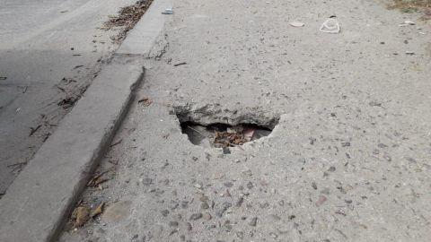 Un hoyo en la banqueta, peligro para los peatones