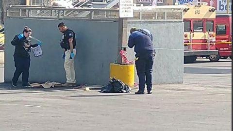 Dejan dos bolsas con restos humanos en el estacionamiento de un centro comercial