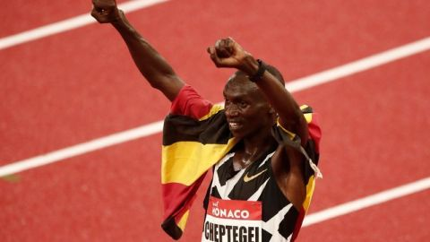 Ugandés Cheptegei rompe récord mundial de 10.000 metros