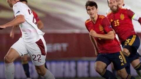 España gana a Suiza y sostiene el liderato