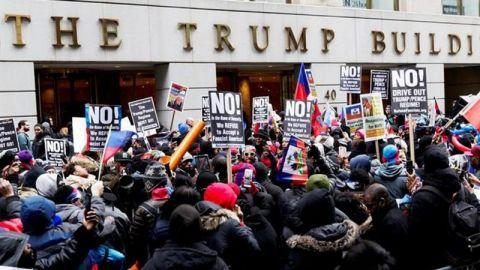 Miles de mujeres se manifiestan contra Trump y nominada al Supremo