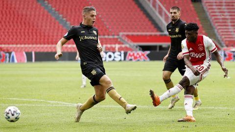 Ajax golea sin Edson Álvarez en la cancha