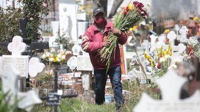 Pide Gatell no acudir a panteones en Día de Muertos por Covid