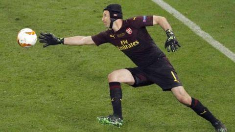 Portero de emergencia; sacan a Petr Cech del retiro