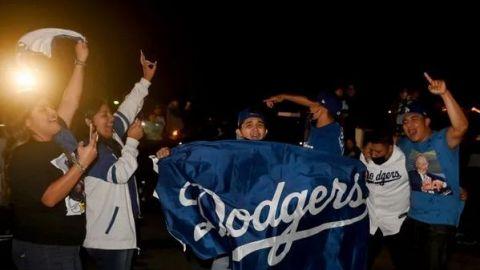 Afición de Dodgers olvida medidas sanitarias y festejan el título