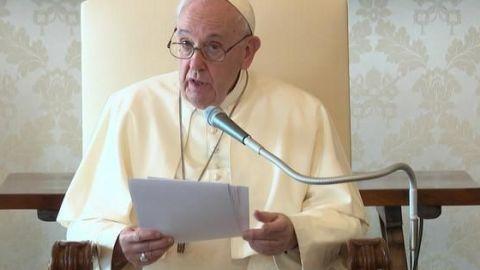 Papa Francisco llama a obedecer a la 'señora' covid, aunque él no usa cubrebocas