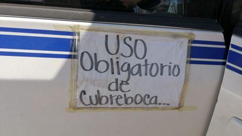 Taxistas batallan con pasajeros que no usan cubrebocas
