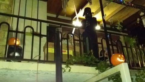 Darth Vader y la princesa Leia regalan dulces desde su balcón en Tijuana