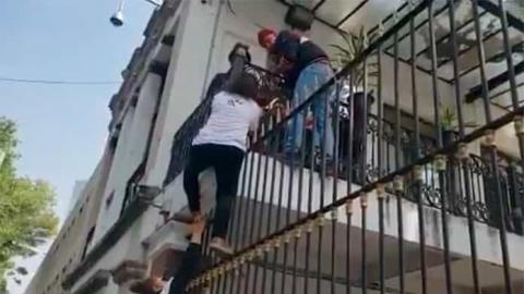 Víctimas de la Guardería ABC trepan las rejas de Segob