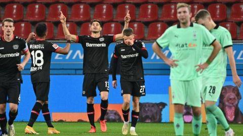 Lucas Alario frena al Borussia Monchengladbach