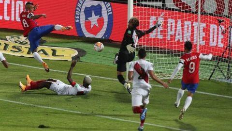 Chile gana su primer partido ante Perú que se hunde
