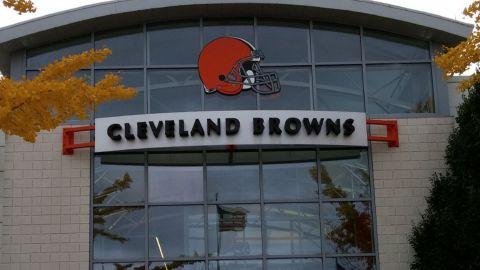 Browns vuelven a cerrar instalaciones por problemas de Covid