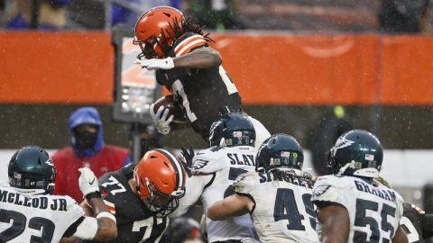 Browns dominan a Eagles con ataque terrestre