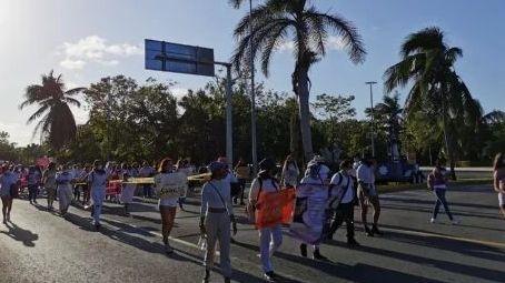 Marchan contra los feminicidios en zona turística de Cancún