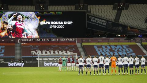 Fulham rinde tributo a Diop al vencer a Leicester