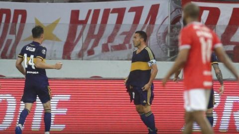Boca vence a Inter con gol de Tevez, que dedica a Maradona