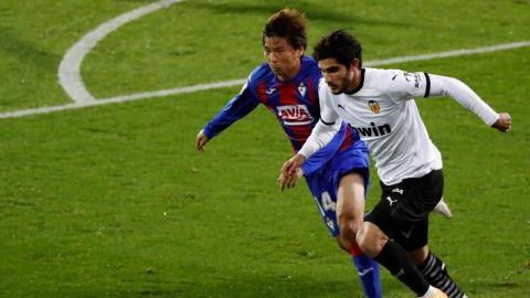 El Valencia se topa con Dmtrovic y el Eibar con los palos
