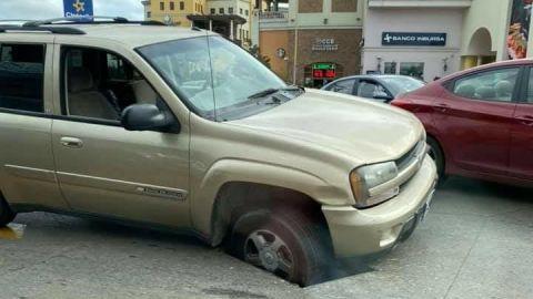 Cae vehículo en alcantarilla abierta en Tijuana
