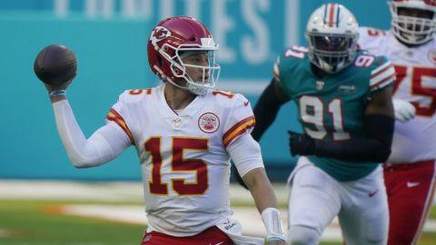 Chiefs remontan ante Dolphins y aseguran título divisional