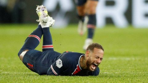 VIDEO: Neymar se retira en camilla del duelo que pierde PSG