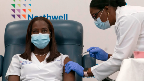Ella es Sandra Lindsay, la enfermera que recibió la primera vacuna contra COVID