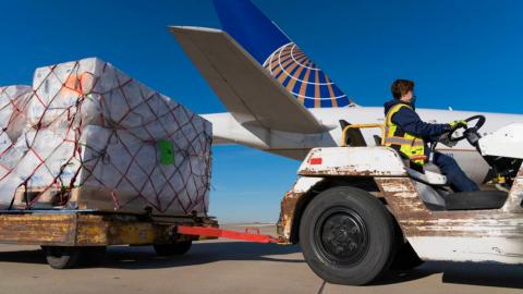 United Airlines transporta vacunas contra Covid-19 en vuelos comerciales