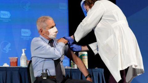 Fauci y otros líderes sanitarios de EU reciben vacuna contra Covid-19