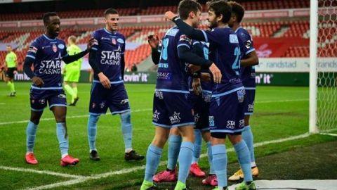 La liga belga se plantea castigar con amarilla a los jugadores que se abracen
