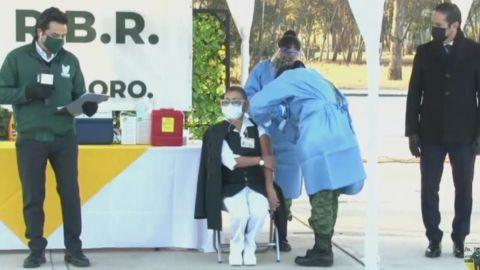 Una mujer, la primera vacunada contra Covid en México