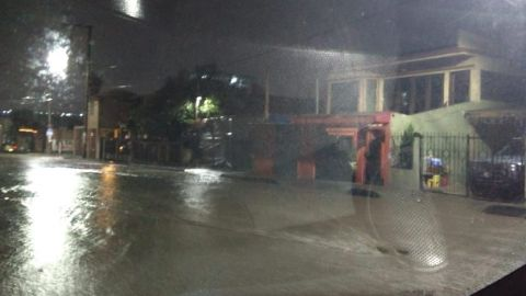 Lluvia genera inundaciones y arrastre de basura (VIDEOS)