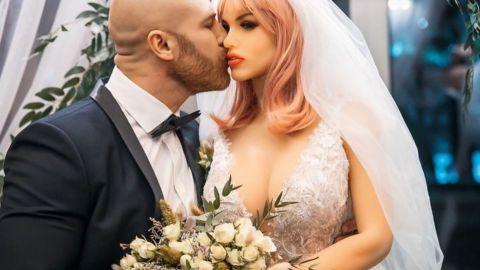 Hombre que se casó con muñeca inflable revela que ésta se rompió