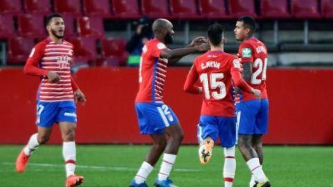 Molina da la victoria al Granada ante un Valencia con nueve jugadores
