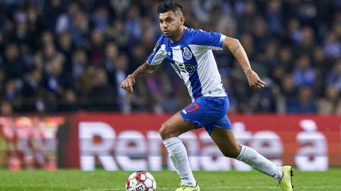 Reconocen al 'Tecatito' como mejor jugador de Portugal
