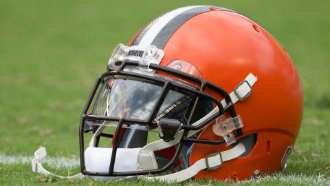 Browns sin 6 jugadores, 3 entrenadores asistentes vs. Steelers