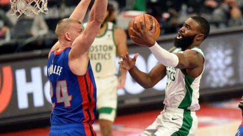 Tatum logra enceste clave; Celtics superan a Pistons