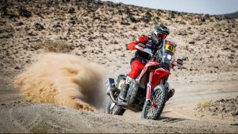 El argentino Benavides gana con la nariz rota la quinta etapa en motos