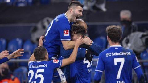 Triplete de Hoppe para 1ra victoria Schalke en 30 partidos