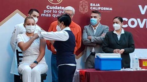 Enfermera del Hospital General Tijuana recibe vacuna contra COVID-19