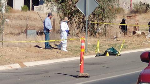 Dejan cuerpo envuelto en lona en carretera Tijuana - Tecate