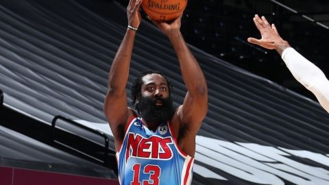 Harden debuta con triple doble; Nets triunfan
