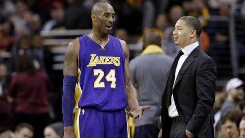 Coach Tyronn Lue aún sufre la pérdida de Kobe Bryant
