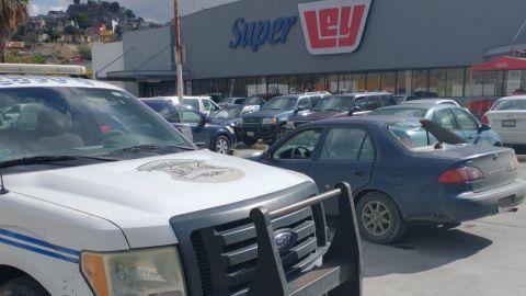Abandonan vehículo baleado en centro comercial de Tijuana